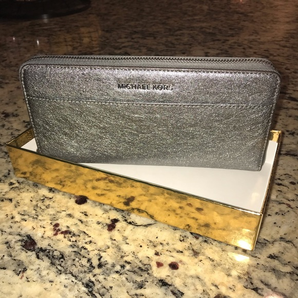 Michael Kors Handbags - MICHAEL KORS Wallet (Brand New)